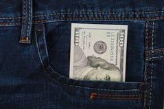 Kassa pengar är i facket av jeans Royaltyfria Foton