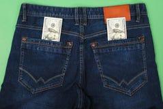 Kassa pengar är i facket av jeans Arkivfoto