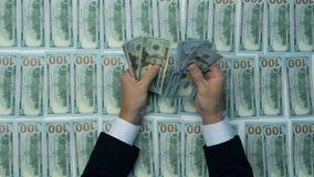 Kassa pengar, lott av hundra nya dollarsedlar Man som räknar pengar, nya US dollar Finansiell inkomst, timpenningar, försäljning stock video