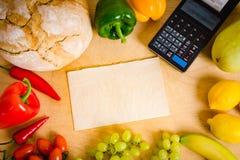 Kassaapparat och papper på tabellen Fotografering för Bildbyråer