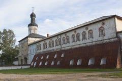 Kassakammare och portkyrka av St John Lestvichnika med den heliga porten i den Kirillo-Belozersky kloster Arkivbild