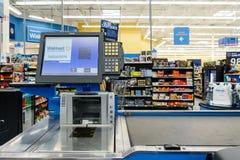 Kassalåda på en Walmart supermarket Royaltyfri Foto