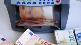 Kassapengarräknaren och avkännaren av sedlar för räkningen av anmärkningar och beslutsamhet av fejkar euro 50 och 20 lager videofilmer