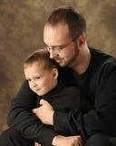 Kassaskåp i pappas armar Royaltyfria Bilder