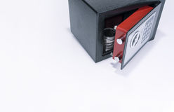 Kassaskåp värdesaker, myntsamling, vit bakgrund Arkivfoton
