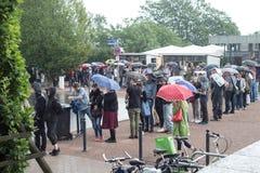 Kassel Documenta 14 sztuki wystawa tłoczy się ludzie czeka w deszczu dla galeria wstępu wejścia Zdjęcie Royalty Free