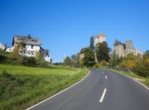 Kasselburg城堡在埃菲尔火山县,莱茵河流域巴列丁奈特,德国 免版税库存照片
