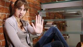 Kassera erbjudande, förneka som stoppar den unga kvinnan, tecken av stoppet Arkivbilder