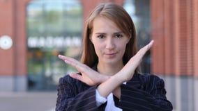 Kassera och att ogilla gest av affärskvinnan arkivfoto