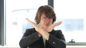 Kassera och att ogilla gest av affärsmannen In His Office royaltyfri foto