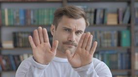 Kassera och att ogilla gest av den vuxna mannen fotografering för bildbyråer