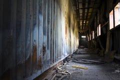 kasserad byggnadskorridor Royaltyfri Foto