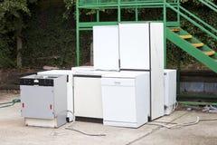 Kasserade diskare på den lokala återvinningmitten Arkivfoto