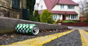 Kasserade drinkar på burk att ligga på kanten av en stads- gata Royaltyfri Fotografi