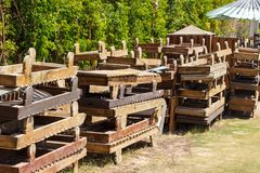 Kasserade gamla träsunbeds Tappningsoldagdrivare för återanvändning Royaltyfri Foto