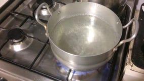 Kasserolle auf einem Gasherd Kochendes Wasser stock video