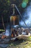 Kasserolle auf einem Lagerfeuer Stockbild