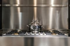 Kasserolle auf Ofen stockfotos