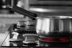 Kasserolle auf Ofen - heißer Brenner Lizenzfreie Stockfotos