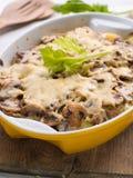 Kasserolle mit Kartoffel und Pilz stockbild