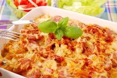Kasserolle mit Kartoffel, Wurst und Zwiebel Lizenzfreies Stockfoto