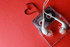 Kassett med bandformhjärta på rött Royaltyfri Fotografi