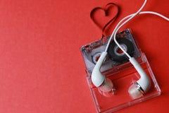 Kassett med bandformhjärta på rött Arkivfoto