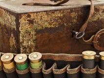 kassettbröstkorg som jagar det gammala geväret Arkivbild