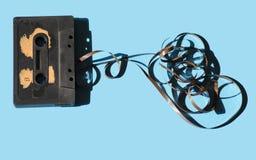 Kassette auf einem farbigen hellblauen Retro- des Hintergrundes Stockfotografie