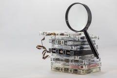 Kassette, nach alten Stücken vom 70& x27 suchend; s Stockfotos