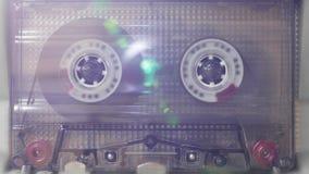 Kassetten-Plattform, die mit hellen Lecks läuft stock video footage