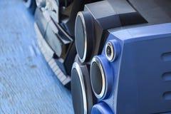 Kassettenrecorder mit Radio auf einem blauen Holztisch Vintag Stockbild
