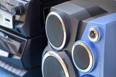 Kassettenrecorder mit Radio auf einem blauen Holztisch Vintag Lizenzfreie Stockfotos