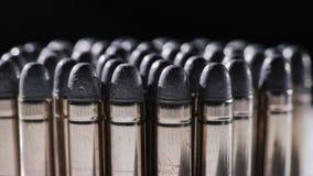 Kassetter för en pistol eller ett gevär på en svart bakgrund arkivbilder