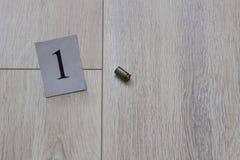 Kassettfallet ligger på golvet, mordet, det huvudsakliga tecknet, en närbild royaltyfria foton