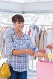 Kassier die het winkelen zak en creditcard geven Stock Afbeelding