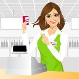 Kassier die op een creditcard in de supermarkt richten Stock Foto's