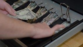 Kassier die verandering na aankoop geven stock video