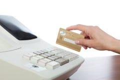 Kassier Holding Credit Card in Kasregister Stock Afbeelding
