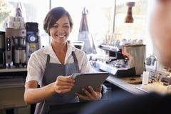 Kassier Takes Card Payment van Klant met Digitale Tablet stock foto
