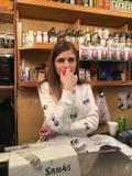 Kassierer At das russische Lebensmittelgeschäft Stockbild