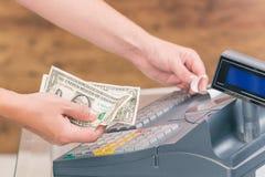 Kassiers holdnig bankbiljetten Stock Foto's