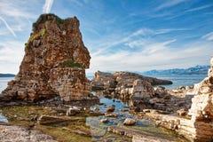 Kassiopi海滩,美丽的峭壁在科孚岛,希腊 免版税图库摄影