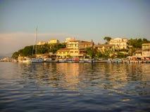 Kassiopi, Corfú, Grecia - 7 de junio de 2013: Puesta del sol hermosa del área de muelle del barco en Kassiopi, Corfú, Grecia imagen de archivo