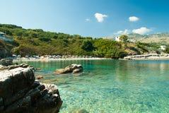 Kassiopi strand, Korfu ö, Grekland Sunbeds och slags solskydd (sol Arkivbilder