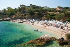 Kassiopi strand, Korfu ö, Grekland Sunbeds och slags solskydd (sol royaltyfria foton