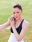 kast för determined kvinnlig för idrottsman nen klart som ska weights royaltyfri fotografi