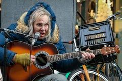 Kasta deely en gatagitarraktör av Haag Nederländerna royaltyfri fotografi