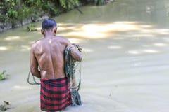 Kasta det netto in i vattnet för att fånga fisken royaltyfria foton