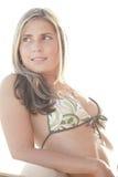 kasta en blick henne över skulderkvinna Fotografering för Bildbyråer